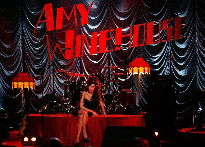 BRIT Awards 2016 ton vinh David Bowie, Amy Winehouse hinh anh 2