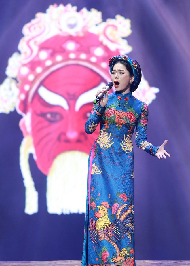 Le Quyen duoc Tuan Hung tang hoa hong tren san khau hinh anh 9
