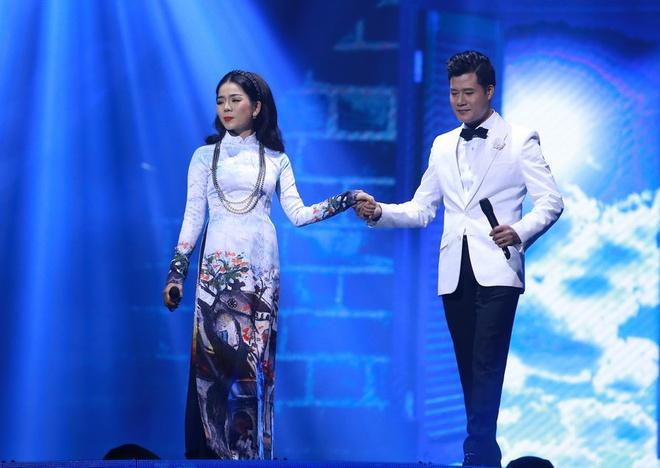 Le Quyen duoc Tuan Hung tang hoa hong tren san khau hinh anh 10