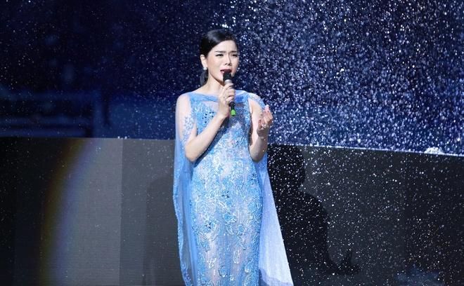 Le Quyen duoc Tuan Hung tang hoa hong tren san khau hinh anh 6