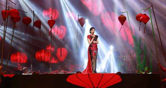 Le Quyen duoc Tuan Hung tang hoa hong tren san khau hinh anh 13
