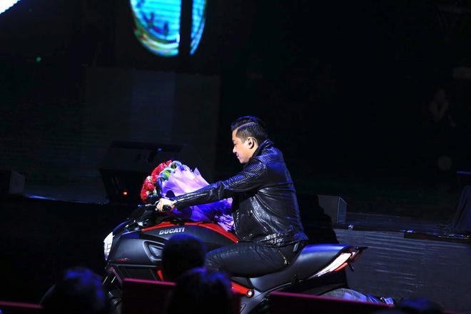 Le Quyen duoc Tuan Hung tang hoa hong tren san khau hinh anh 1