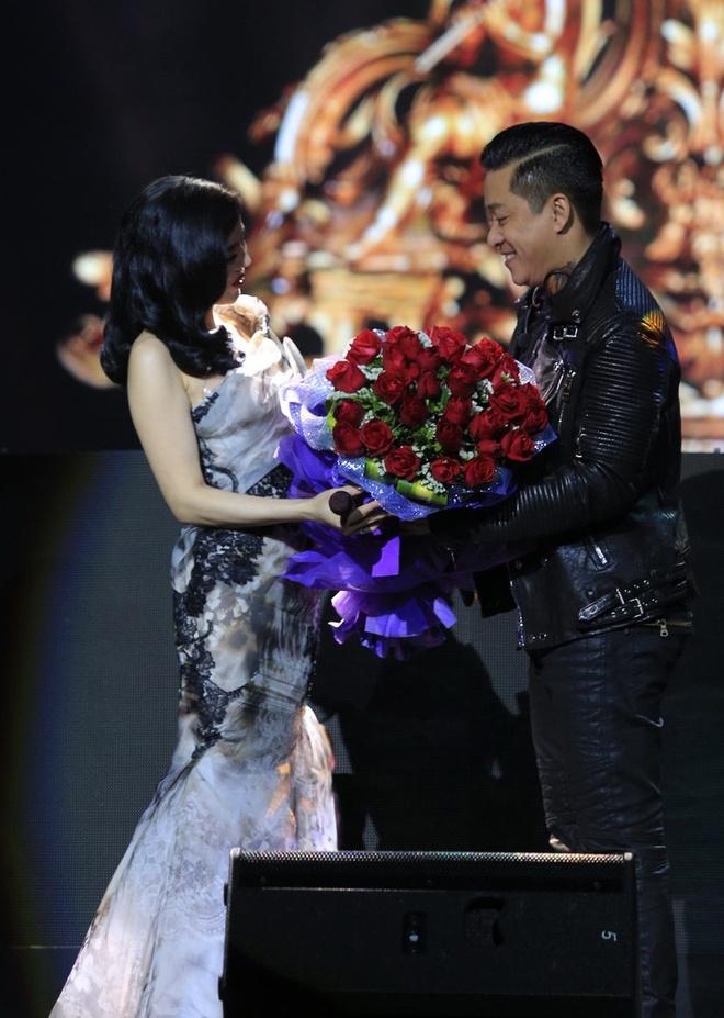 Le Quyen duoc Tuan Hung tang hoa hong tren san khau hinh anh 3