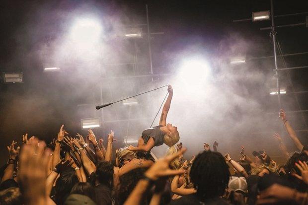 Lady Gaga gay tranh cai ngay tro lai showbiz hinh anh 2