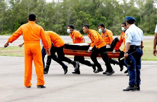 Hai thi the nan nhan QZ8501 ve dat lien hinh anh 20