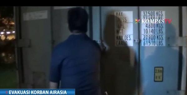 Hai thi the nan nhan QZ8501 ve dat lien hinh anh 19
