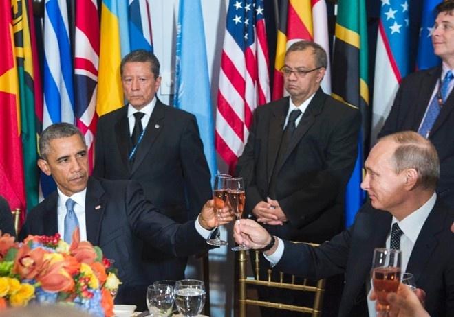 Tong thong Obama lanh lung khi moi ruou ong Putin hinh anh 1 Khoảnh khắc ông Obama lạnh lùng với ông Putin tại tiệc trưa ở LHQ. Ảnh: AFP