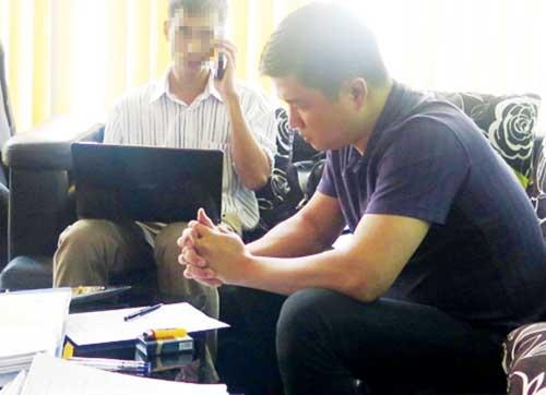 500 nguoi mac lua vi tin 'robot than thanh' hinh anh 1 Đặng Hữu Trung (bìa phải) bị khởi tố về tội lừa đảo chiếm đoạt tài sản.