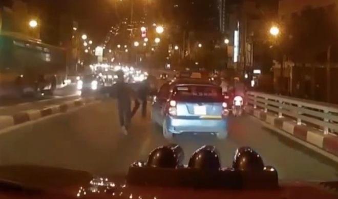 Clip taxi bi truy duoi truoc khi tong hang loat xe may hinh anh