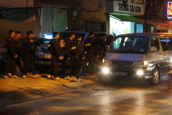 Canh sat mac ao giap, mang sung kham nha nghi pham danh bac hinh anh 1 CSCĐ trang bị vũ trang tham gia việc bắt, khám xét khẩn cấp. Ảnh: Việt Đức.
