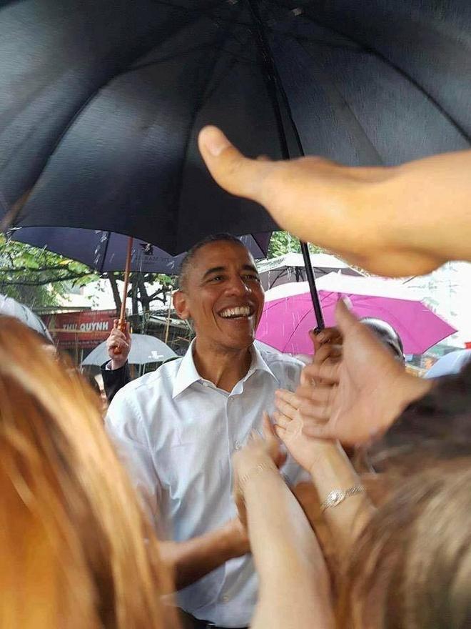Ong Obama ghe quan tra da tren duong ra san bay hinh anh 3