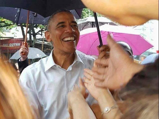Ong Obama ghe quan tra da tren duong ra san bay hinh anh