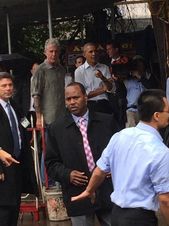 Ong Obama ghe quan tra da tren duong ra san bay hinh anh 2