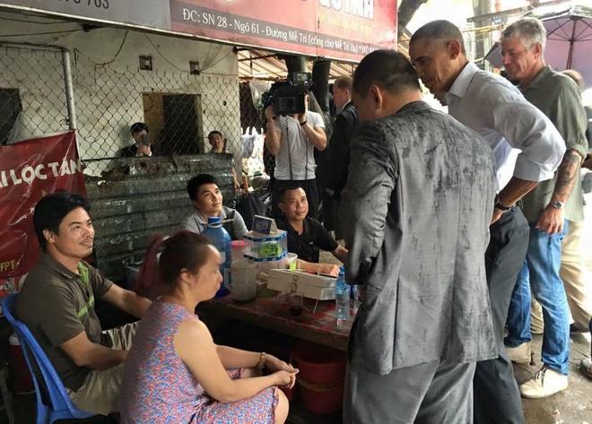 Ong Obama ghe quan tra da tren duong ra san bay hinh anh 10