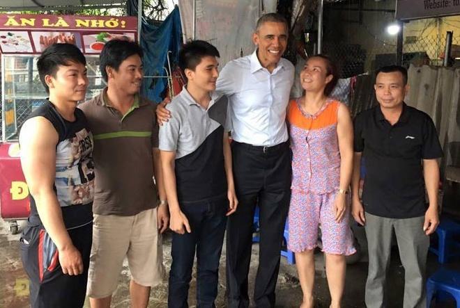 Ong Obama ghe quan tra da tren duong ra san bay hinh anh 11
