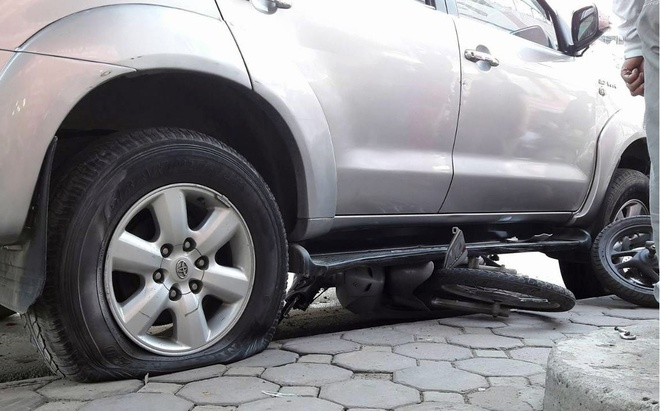 Oto Fortuner dam gan chuc xe may gio tan tam hinh anh 1