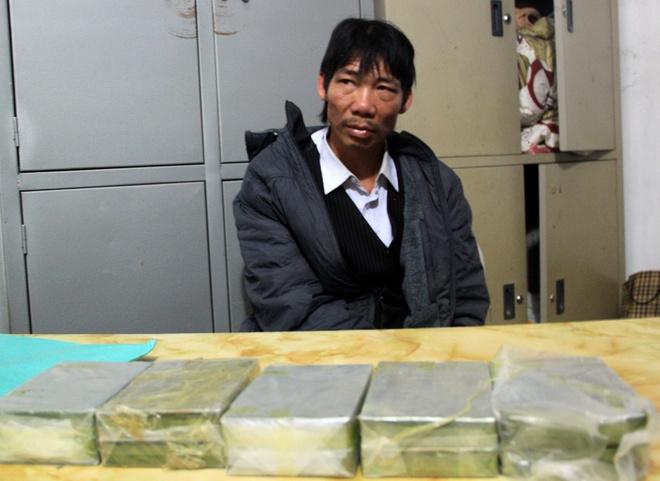 Truy duoi nhom buon 10 banh heroin lao xe vao canh sat hinh anh 1