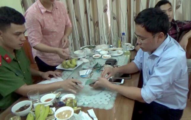 Giam doc so o Yen Bai dua 200 trieu cho nha bao van di lam binh thuong hinh anh