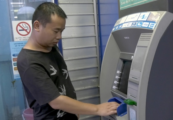 Nguoi dan ong Trung Quoc mang 102 the ATM gia di rut tien hinh anh 1