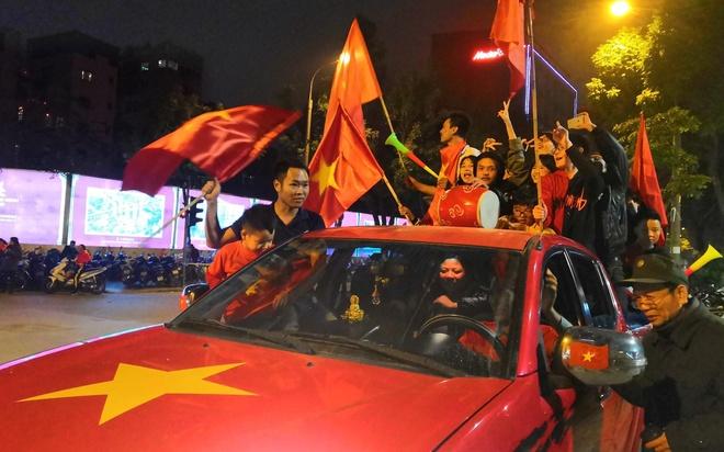 Viet Nam vo dich AFF Cup 2018, trieu CDV nhay mua an mung hinh anh