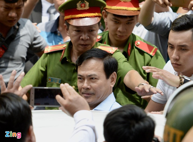 Ca tram nguoi vay kin khi Nguyen Huu Linh roi toa hinh anh 5