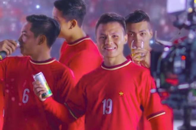 Vi sao Quang Hai mac ao nhai U23 Viet Nam quang cao bia? hinh anh