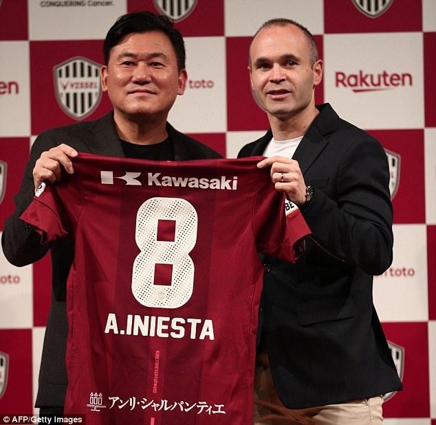 Iniesta rang ro trong buoi ra mat doi bong Nhat Ban hinh anh 4