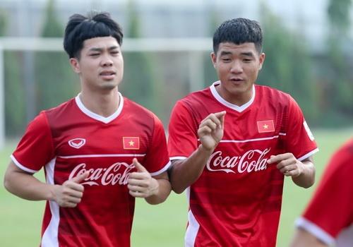 Duc Chinh treu choc Cong Phuong suot buoi tap cua U23 Viet Nam hinh anh