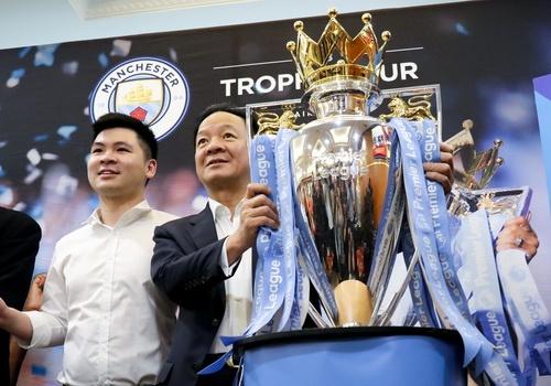 Bau Hien nang cup Ngoai hang Anh, hen Man City tro lai Viet Nam hinh anh
