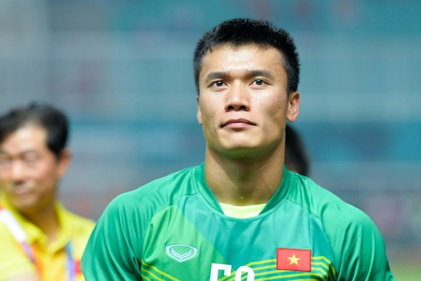 Thu mon Bui Tien Dung chan thuong co chan truoc AFF Cup 2018 hinh anh