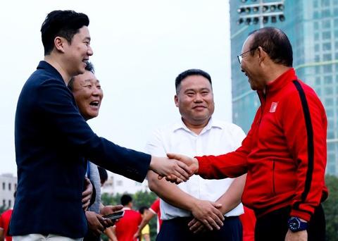 HLV Park Hang-seo gap tay sung huyen thoai truoc tran Philippines hinh anh