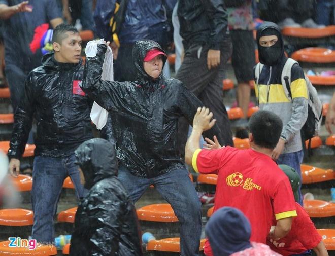 CDV Viet Nam bi duoi danh khi toi Malaysia xem tran chung ket AFF Cup? hinh anh 2