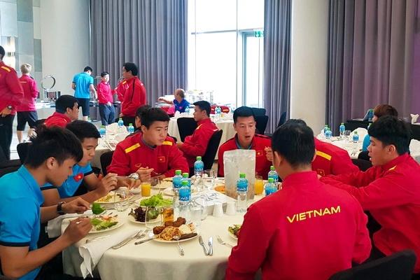 Tuyen Viet Nam da toi Dubai, thuong thuc buffet truoc buoi tap dau hinh anh
