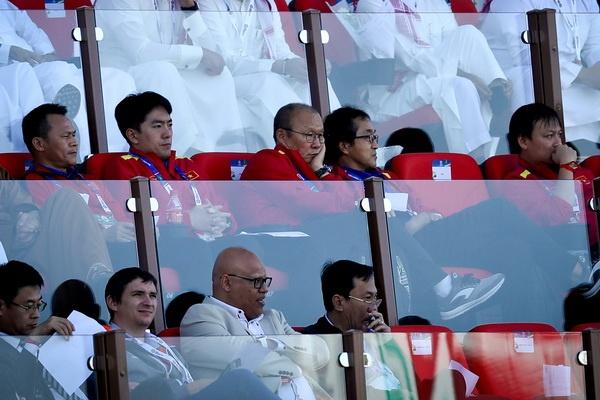 HLV Park cùng trợ lý trực tiếp xem Nhật Bản giành vé tứ kết Asian Cup