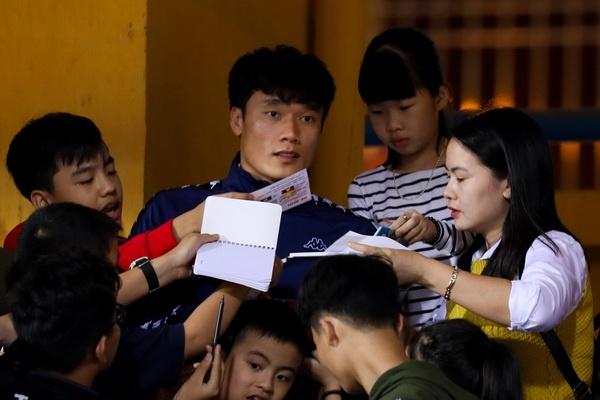 Bui Tien Dung dinh chan thuong vi dong doi sut bong vao tay hinh anh