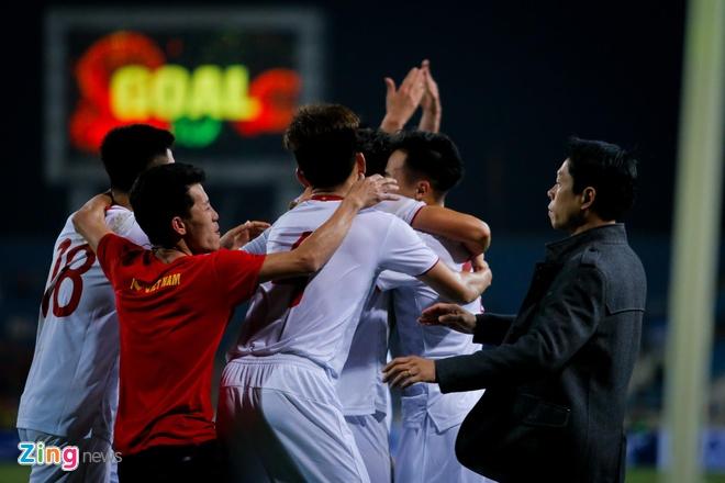 CDV vuot rao an ninh, lao vao san an mung cung U23 Viet Nam hinh anh 1