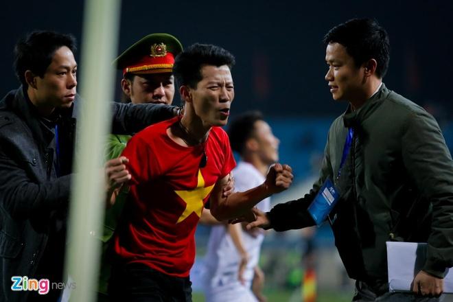 CDV vuot rao an ninh, lao vao san an mung cung U23 Viet Nam hinh anh 2
