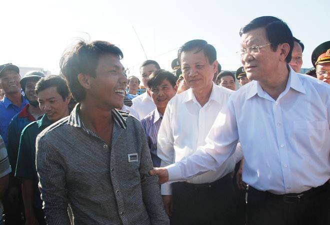 Chu tich nuoc: 'Se tang them tau cho CSB va Kiem ngu' hinh anh 3 Chủ tịch nước trương Tấn Sang ra tận cảng cá động viên ngư dân yên tâm bám biển