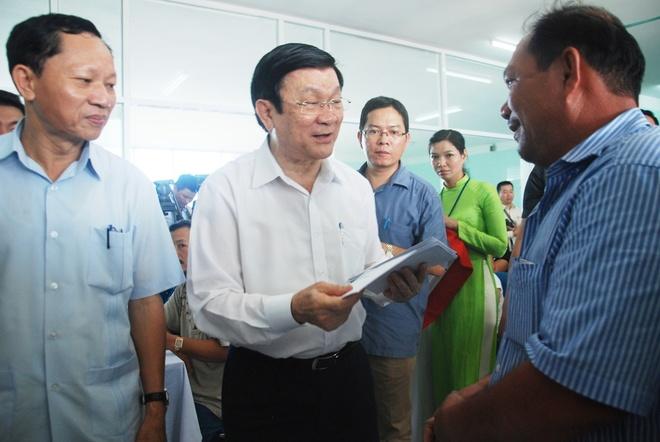 Chu tich nuoc: 'Se tang them tau cho CSB va Kiem ngu' hinh anh 4 Chủ tịch nước tặng quà cho các ngư dân Đà Nẵng