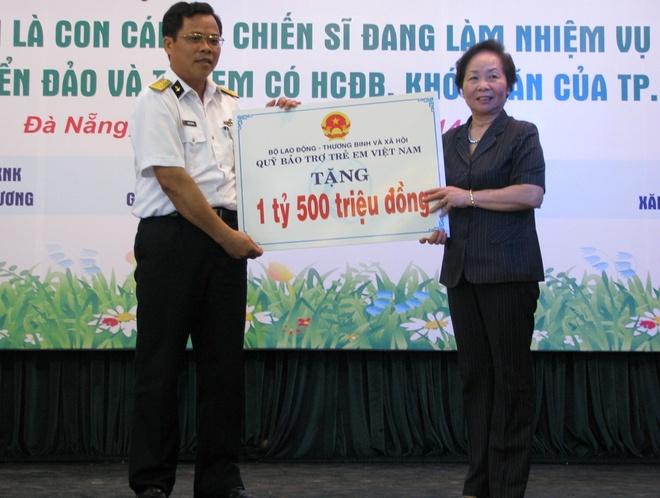 Pho chu tich nuoc trao hoc bong cho con em chien si Hoang Sa hinh anh