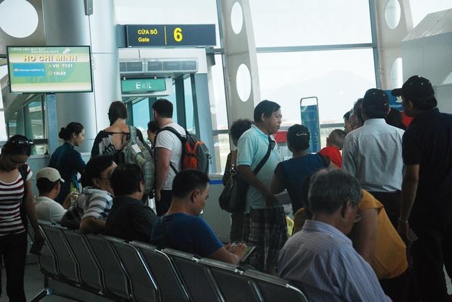 Cham, huy chuyen bay vi phi cong, tiep vien den muon hinh anh 2 Ngoài ra, hiện các sân bay đều có quá ít các quầy làm thủ tục và cửa ra tàu bay khiến các chuyến bay bị chậm.