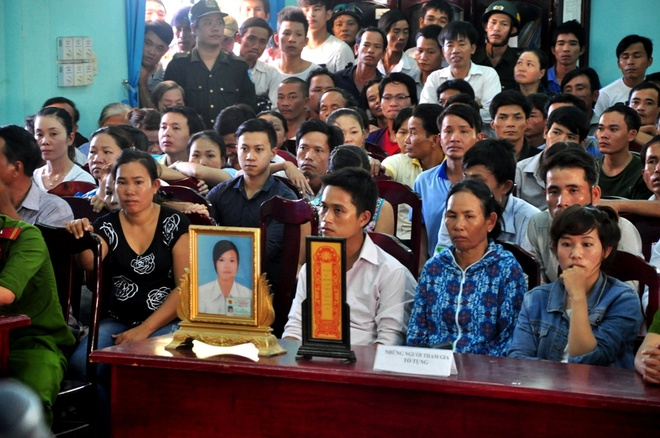 Người nhà nạn nhân mang di ảnh chị Thơm đến tòa để chứng kiến hung thủ đền tội.