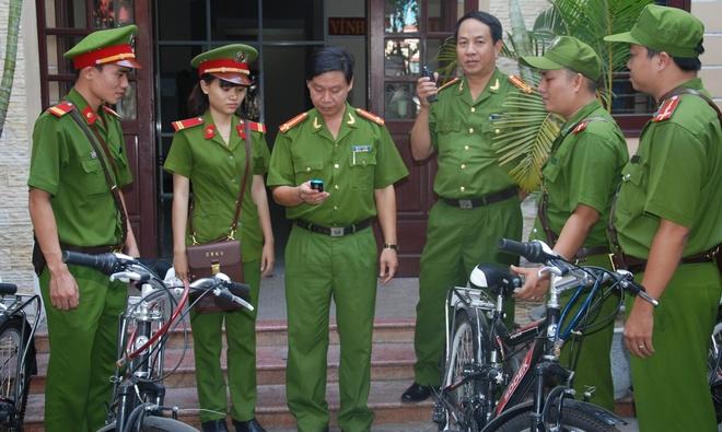 Canh sat Da Nang dap xe tuan tra, bat cuop hinh anh 1 Không kể ngày hay đêm, mưa hay nắng, những  chiến sỹ CSKV vẫn thường xuyên đạp xe đạp xuống với dân để nắm bắt tình hình.