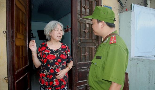 Canh sat Da Nang dap xe tuan tra, bat cuop hinh anh 9 Trong những lúc tuần tra, chiến sỹ CSKV còn thường xuyên hỏi thăm các cụ già, người neo đơn. Qua đó tạo được tình cảm gắn bó mật thiết giữa những người chiến sỹ với nhân dân.