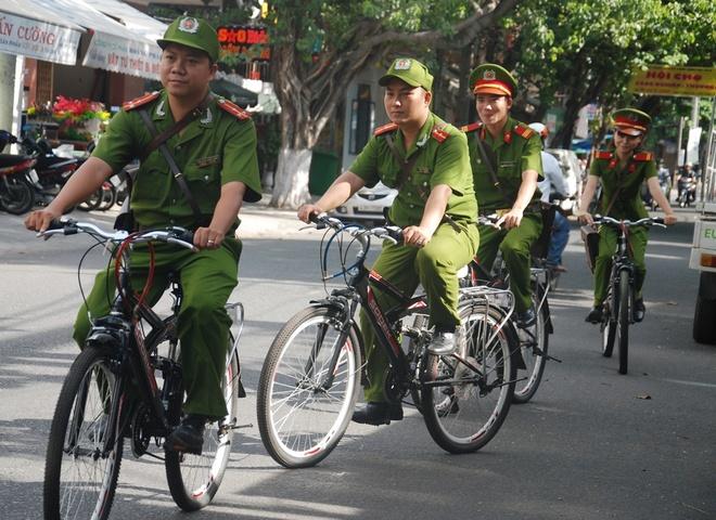 """Canh sat Da Nang dap xe tuan tra, bat cuop hinh anh 2 Những ngày đầu mới triển khai, nhiều người tỏ ra quan ngại, thậm chí cho rằng sẽ hình thức và không hiệu quả khi sử dụng mô hình này. Thậm chí, có người còn cho là """"ngố"""", ngược đời vì họ nghĩ ngày nay phương tiện ngày càng hiện đại, để nhanh chóng xuống địa bàn, cảnh sát khu vực đi xe máy cho nhanh chứ đi xe đạp thì sao bắt được cướp?"""