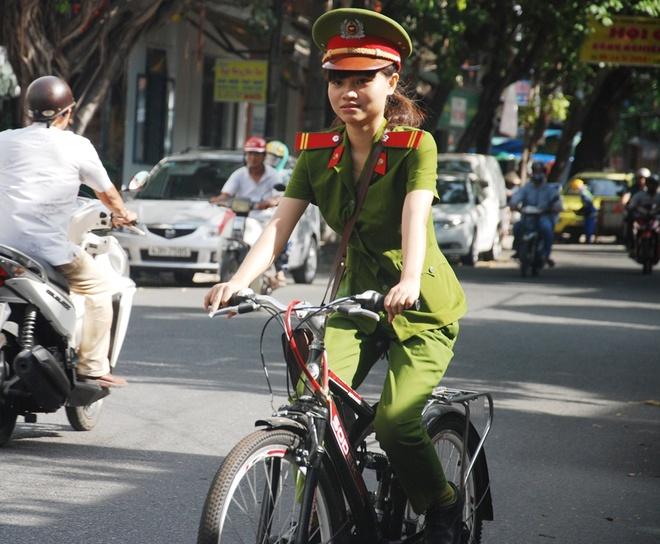 Canh sat Da Nang dap xe tuan tra, bat cuop hinh anh 3 Nhưng, sau hơn 2 năm triển khai, hiệu ứng tốt từ mô hình đã nhìn thấy rõ. Trong những cuộc họp tổ dân phố, khu dân cư, nhân dân rất đồng tình và đánh giá cao về hình ảnh rất đẹp, gần gũi của CSKV đối với nhân dân xuống cơ sở bằng xe đạp.