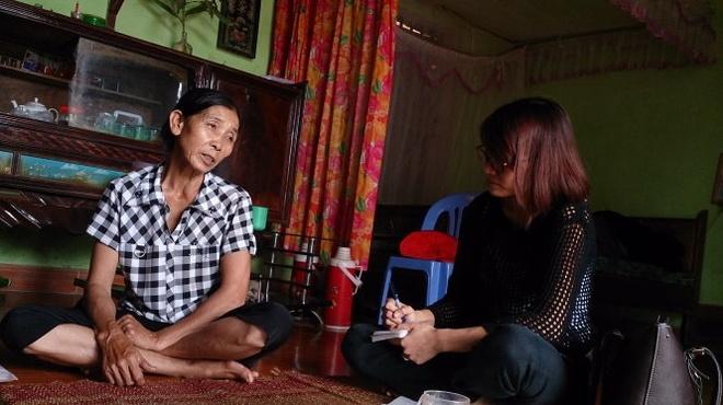 Bà Nguyễn Thị Hảo (trái) tiếp tục gửi đơn kiến nghị vụ Lê Bá Mai.