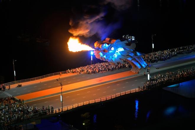 """Nhung cong trinh mang dau an ong Nguyen Ba Thanh hinh anh 6 Cầu Rồng được coi là một điểm nhấn kiến trúc của TP nên được thiết kế giống hình ảnh một con rồng với cái đầu ngẩng cao kiêu hãnh, thân hình uốn lượn đang """"bay"""" trên sông Hàn. Hai bên được bố trí các đài phun nước cùng hiệu ứng từ hệ thống đèn chiếu sáng, làm cho cây cầu có một vẻ đẹp lộng lẫy và hình ảnh con rồng luôn ẩn hiện để ngắm nhìn sự đổi thay của TP."""