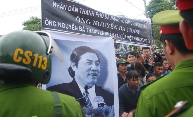 Hang nghin nguoi ho to 'Ba Thanh' khi quan tai di qua hinh anh