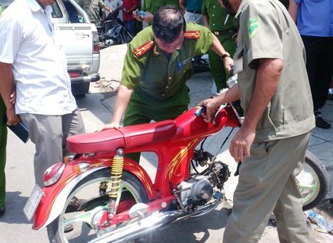 'Ghen tuong dot phong tro' va noi dau gia dinh co gai tre hinh anh 3 Chiếc xe gắn máy do Trần Văn Nghi để lại hiện trường.